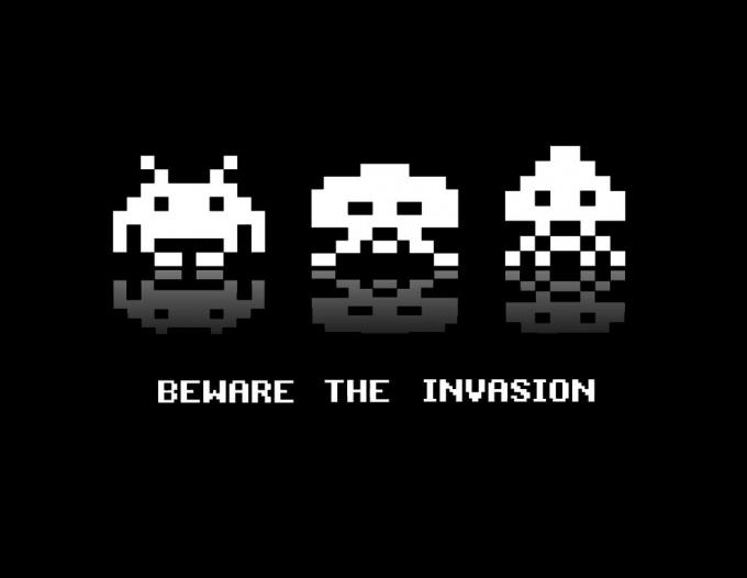 Camiseta chica Space Invaders. Beware the Invasion